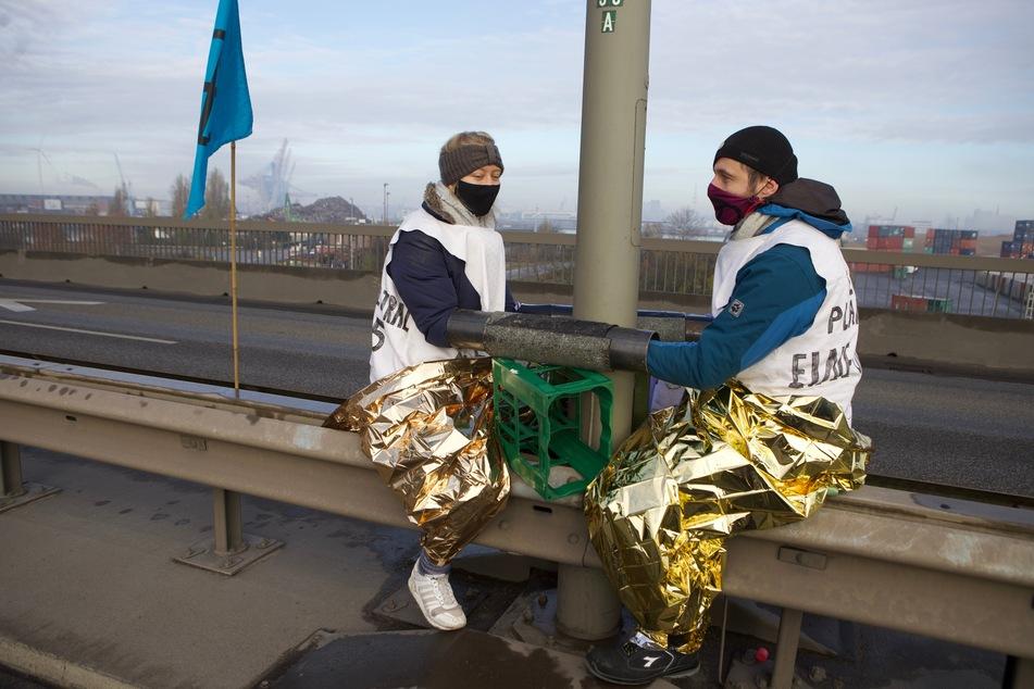 Hauptverkehrsader blockiert! Aktivisten ketten sich an Köhlbrandbrücke fest