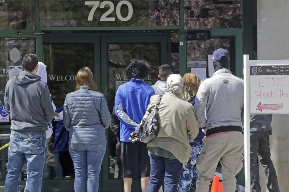 USA, Salt Lake City: Menschen warten vor einem Arbeitsamt. Die Arbeitslosenquote in den USA ist im Mai trotz der Coronavirus-Pandemie leicht auf 13,3 Prozent gesunken.