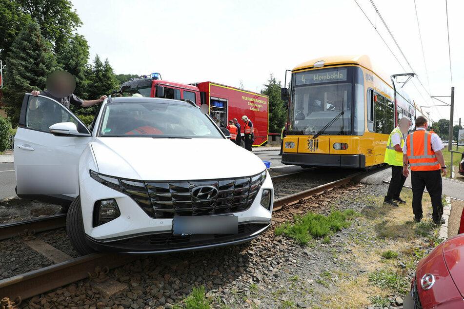 Beim Abbiegen erfasste die Straßenbahn den weißen Hyundai.
