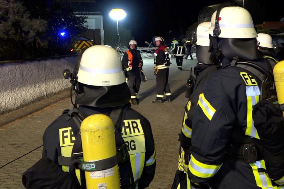 Das Foto zeigt Einsatzkräfte der Feuerwehr am Unglücksort in Zwingenberg.