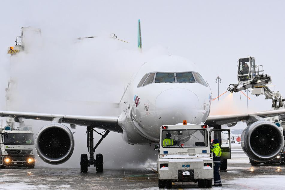 """Eine Airbus der Fluggesellschaft Eurowings wird auf dem Flughafen Berlin Brandenburg """"Willy Brandt"""" vor dem Start enteist."""