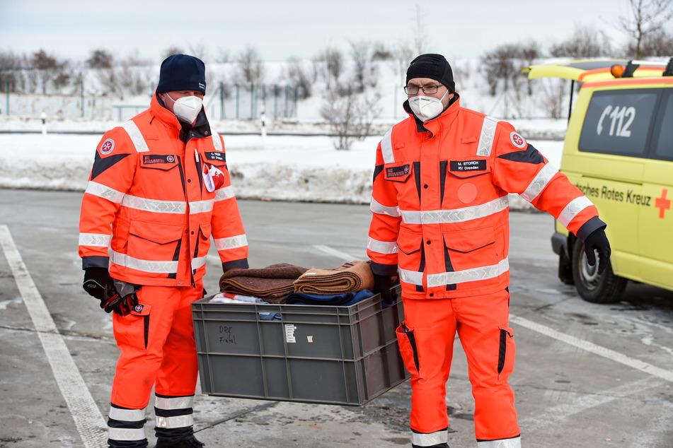 Johanniter und Rotes Kreuz brachten gestern Decken und Tee für die stundenlang Wartenden im Stau.
