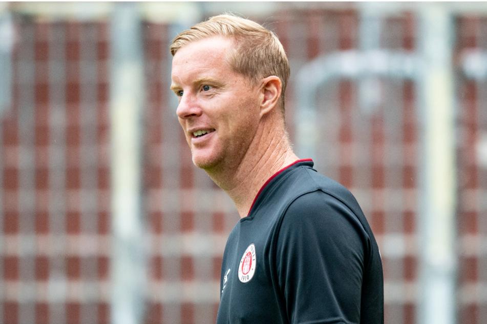 Trainer Timo Schultz muss mit dem FC St. Pauli für das erste DFB-Pokalspiel ins Saarland fahren.
