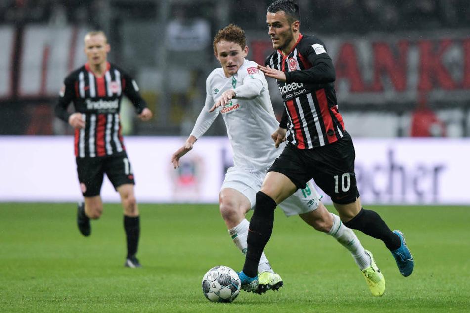 Filip Kostic (r) von Frankfurt kämpft mit Josh Sargent von Bremen um den Ball. Das Hinspiel in der Commerzbank-Arena endete 2:2.