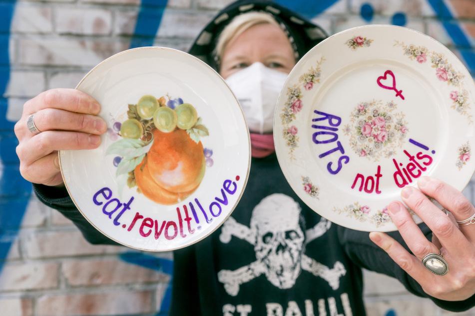 Hamburg: Streetart in Hamburg: Das hat es mit den Sprüche-Tellern auf sich