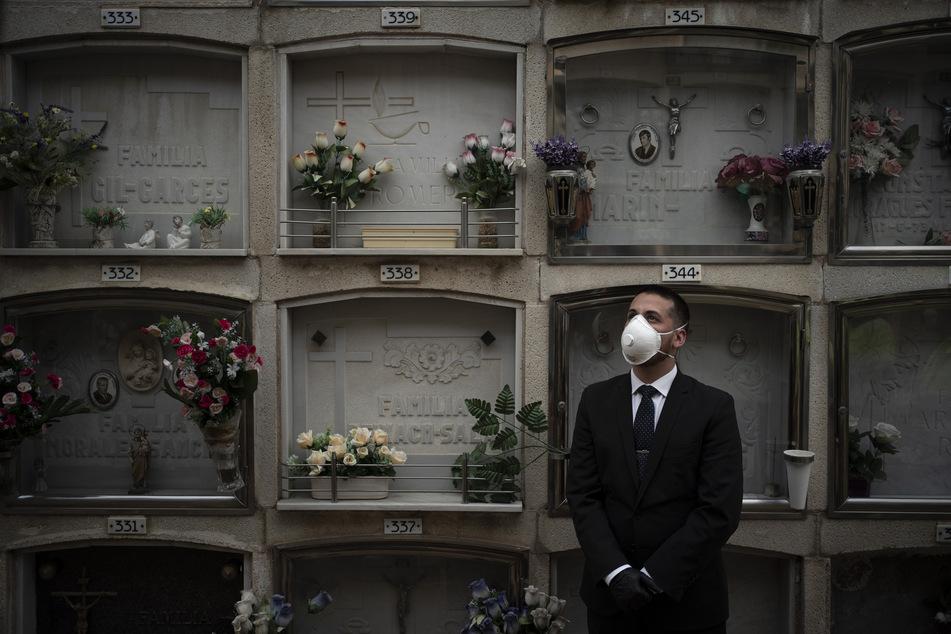 Ein Mitarbeiter eines Bestattungsunternehmens auf einem spanischen Friedhof. (Archivbild)