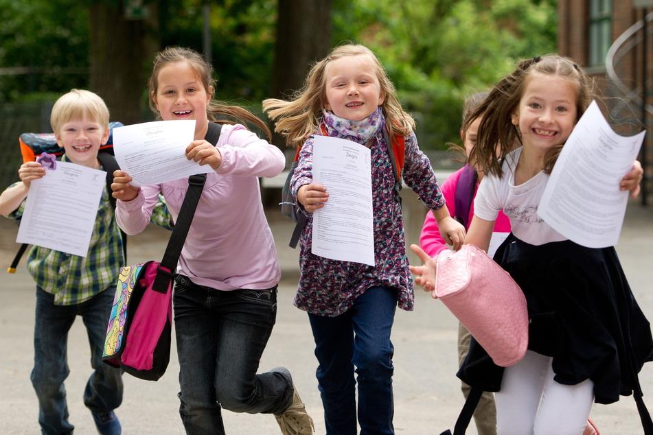 Am Freitag gibt es für 491.100 Schülerinnen und Schüler in Sachsen Zeugnisse und dann geht es in die sechswöchigen Ferien. (Symbolbild)