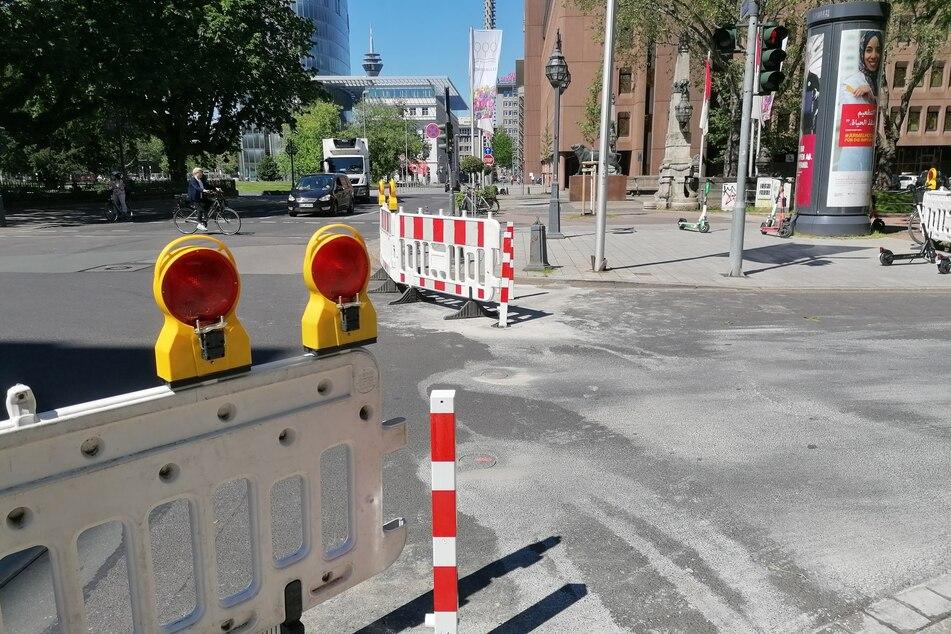 """Die Stadt Düsseldorf lässt an der Königsallee (""""Kö"""") mobile Poller installieren, nachdem Auto-Poser vergangenes Wochenende Absperrungen einfach zur Seite geräumt hatten."""