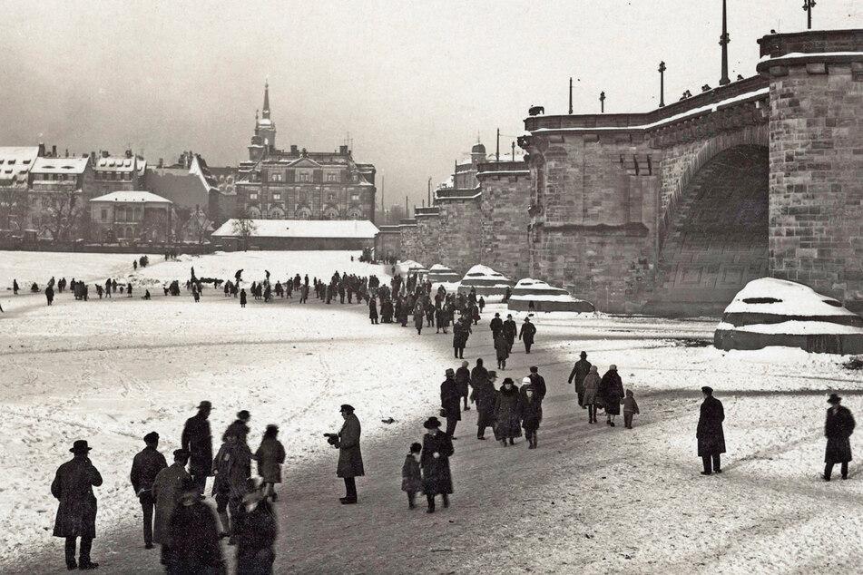 Im Winter 1929 herrschte reger Fußgängerverkehr auf der Elbe.