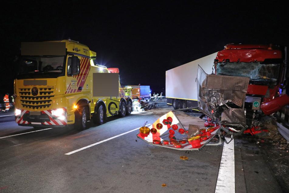 Die beiden in den Unfall verwickelten Fahrzeuge. Das Führerhaus des Sattelzuges ist schwer beschädigt.