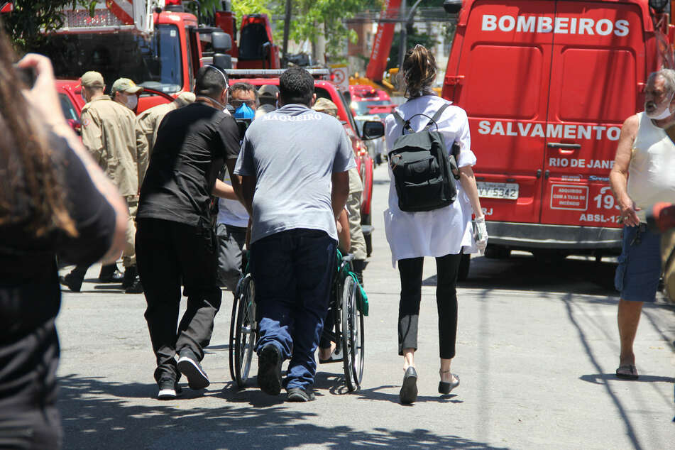 Patients and nursing staff leave the Bonsucesso hospital during a fire.