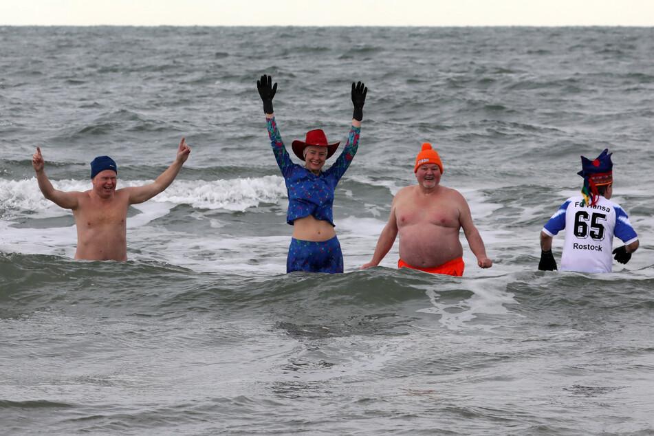 Mitglieder des Vereins Rostocker Seehunde e.V. gehen in die 1,5 Grad kalte Ostsee.