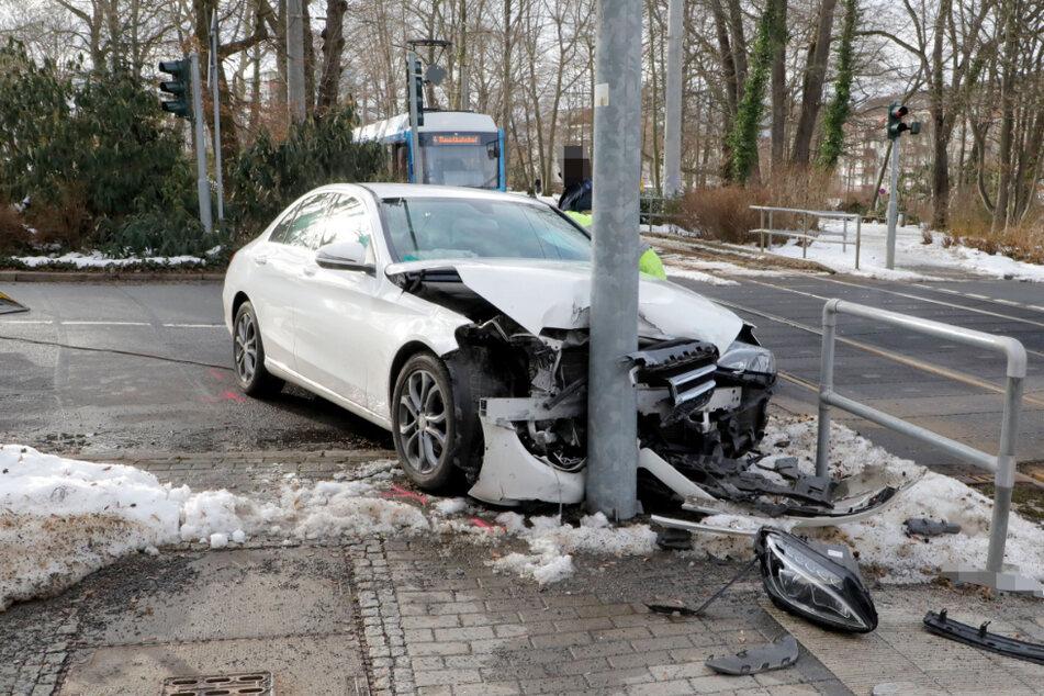 Chemnitz: Mercedes kracht in Straßenbahn: Beide Fahrzeuge heftig demoliert