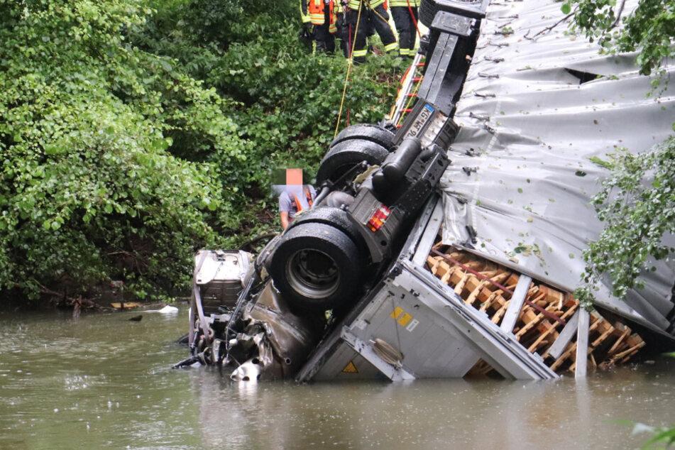 Lkw stürzt von Autobahnbrücke, Fahrer ertrinkt in Führerhaus: Wie kam es zum Todes-Drama?