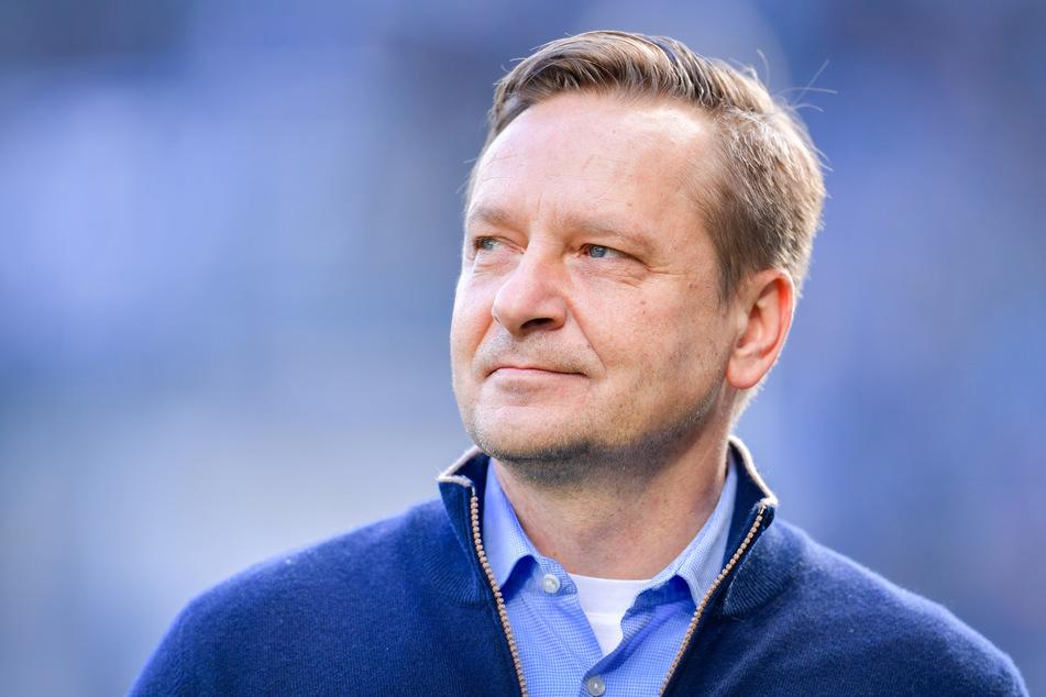 FC-Geschäftsführer Hort Heldt (50) gibt Jungspund Jens Castrop Profivertrag. (Archivfoto)