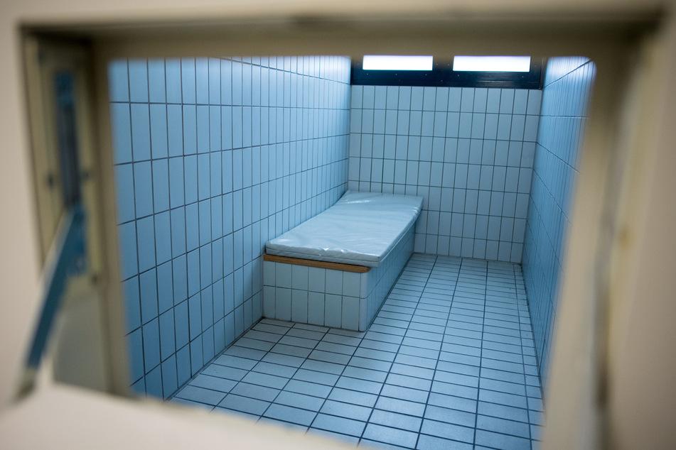 Der 19-Jährige brach in einer Gewahrsamszelle zusammen. Am Samstagabend verstarb er in einem Oldenburger Krankenhaus. (Symbolbild)