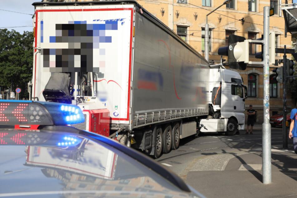 Der Lkw, der die Radfahrerin in einer Kurve erfasste, steht auf der Kreuzung