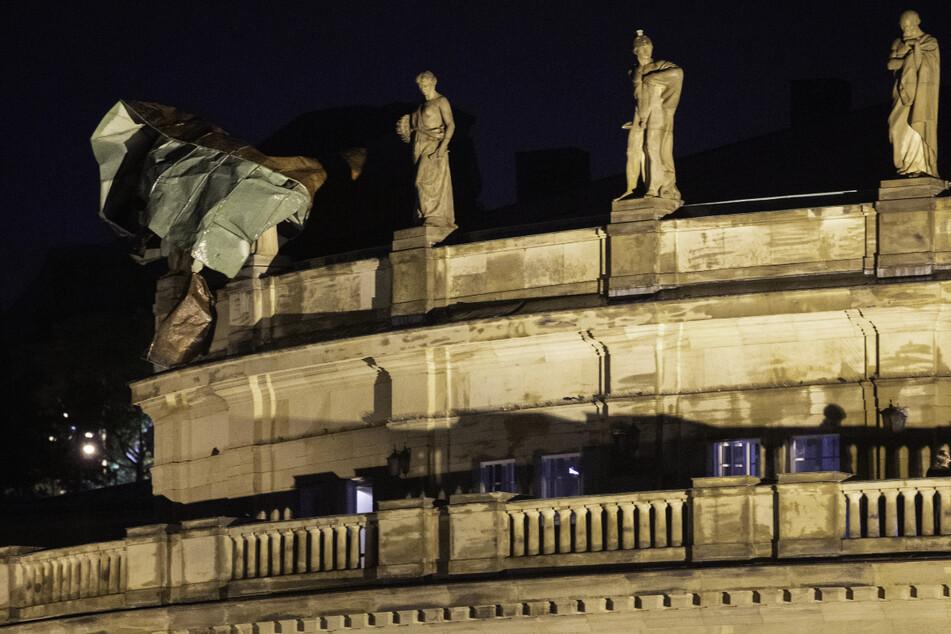 Der Sturm riss unter anderem Dachteile des Stuttgarter Opernhauses ab.