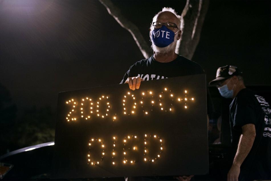 Demonstrant Mark Beaumont nimmt an einer Mahnwache in der Nähe des Trump International Golf Club teil.