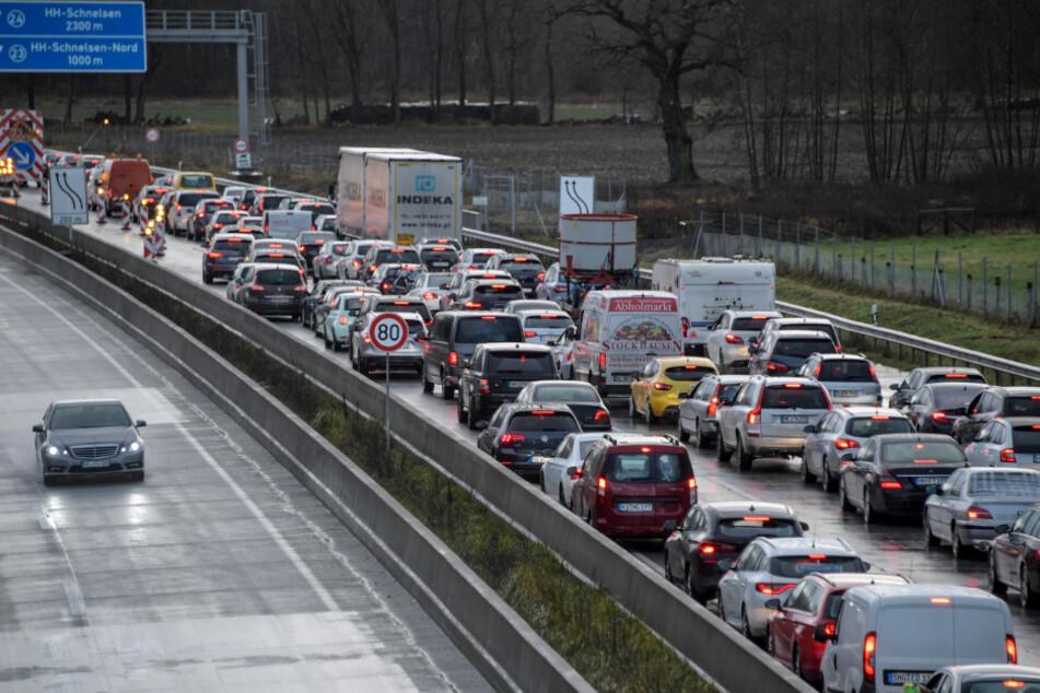 Chaos auf A7: Tunnelwartung sorgt für Vollsperrungen!