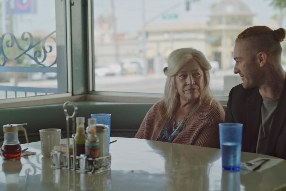 Marvin (Jake McLaughlin, 38) trifft nach 17 Jahren Haft wieder auf seine Mutter Bernadette (Kathy Bates, 73).