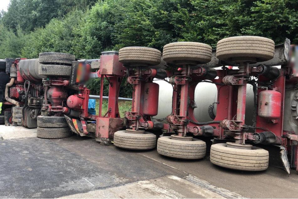 Unfall A81: Gips-Laster kippt auf A81 um: Ladung muss aufwendig abgepumpt werden