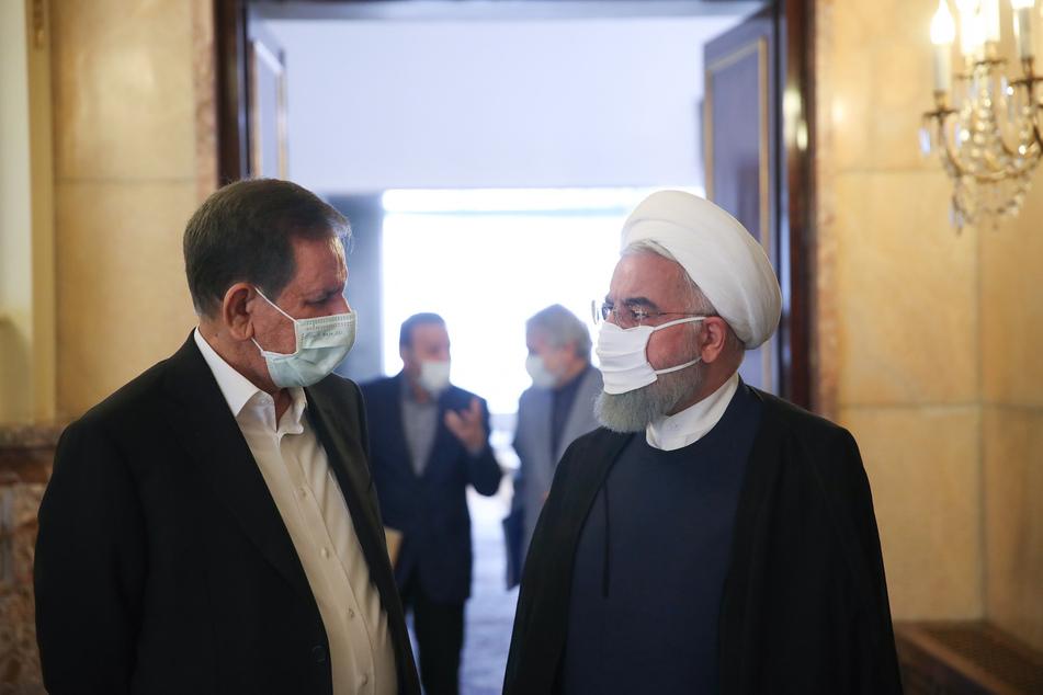 Hassan Ruhani (r), Präsident des Iran, spricht mit Eshagh Dschahangiri, Vizepräsident des Iran, nach einem Wirtschaftstreffen der Regierung.
