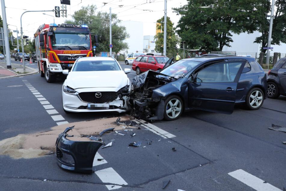 Beide Autos wurden stark beschädigt und wurden abgeschleppt.