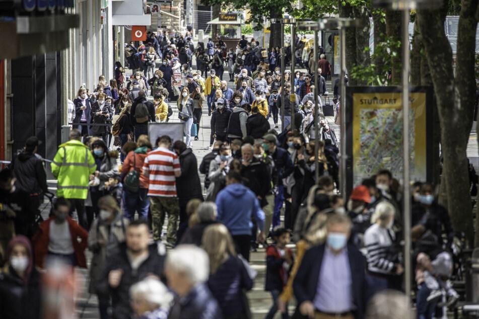 Menschen laufen auf der Stuttgarter Einkaufsmeile in der Königstraße. Im Großraum Stuttgart werden am Dienstag viele Filial-Geschäfte im Einzelhandel bestreikt.
