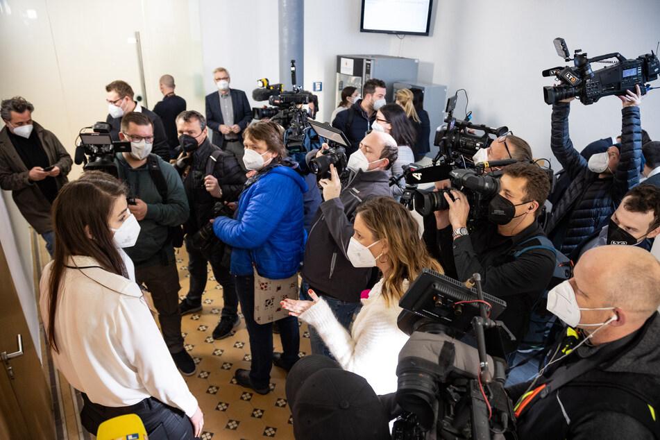 Journalisten warten vor Beginn des Prozesses gegen Welfenprinz Ernst August von Hannover am Landesgericht.