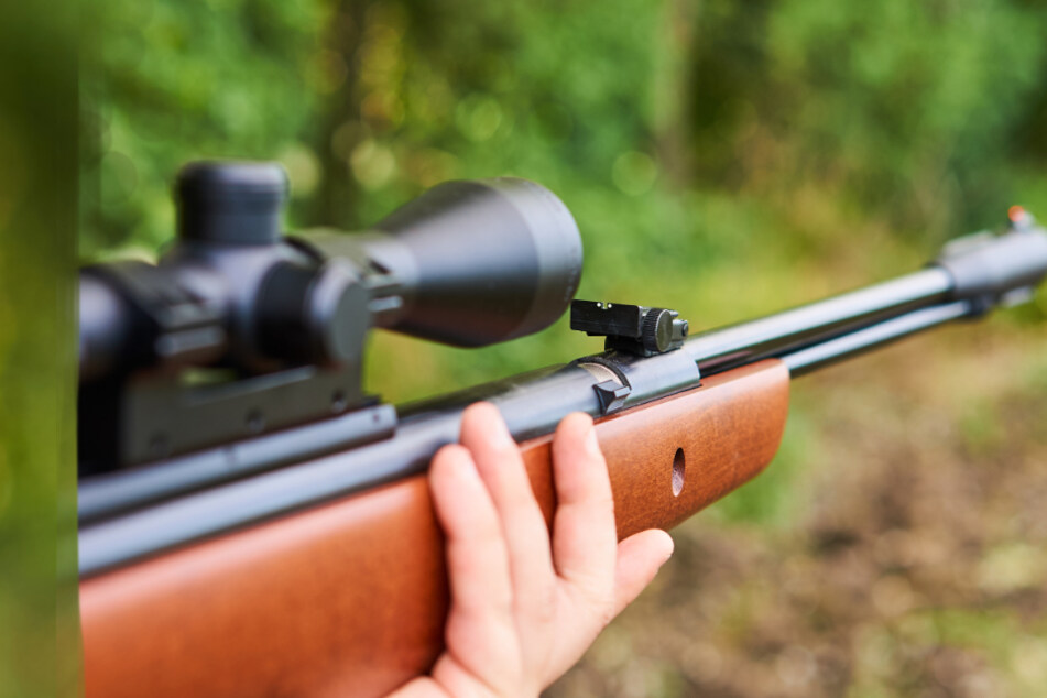 Jugendlicher schießt auf Passanten, zu Hause hortet er Waffen und Drogen