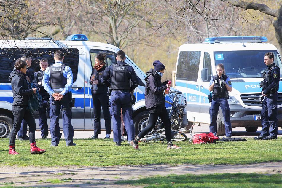 Im Dresdner Alaunpark musste die Polizei Ansammlungen auflösen.
