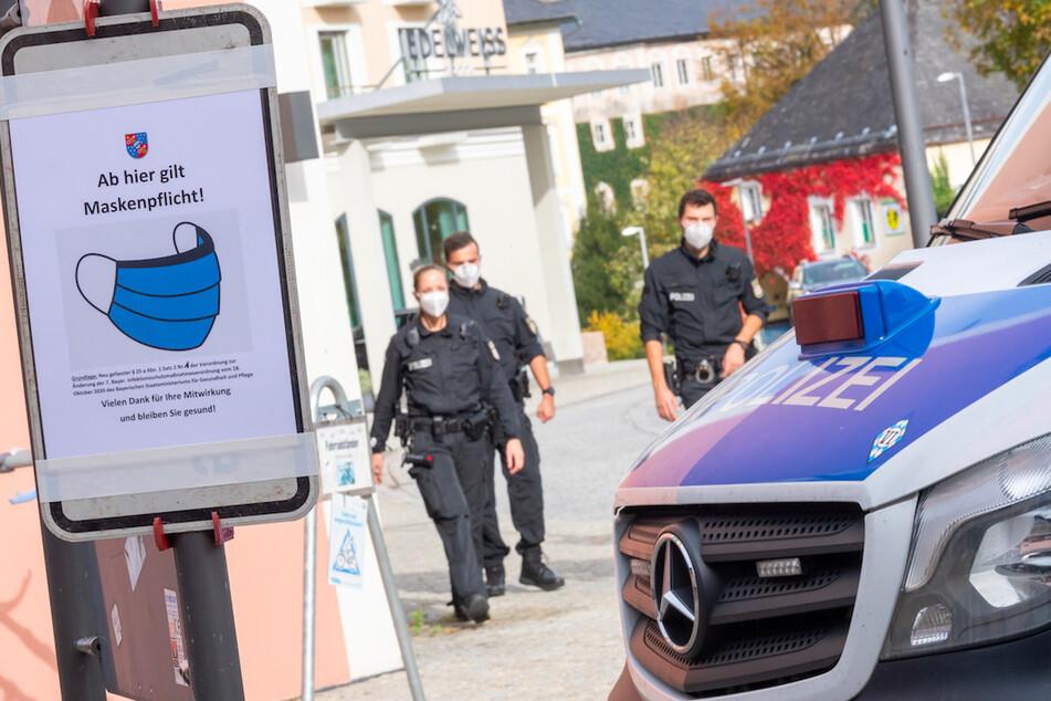 Polizisten gehen durch die Fußgängerzone der Berchtesgadener Innenstadt.