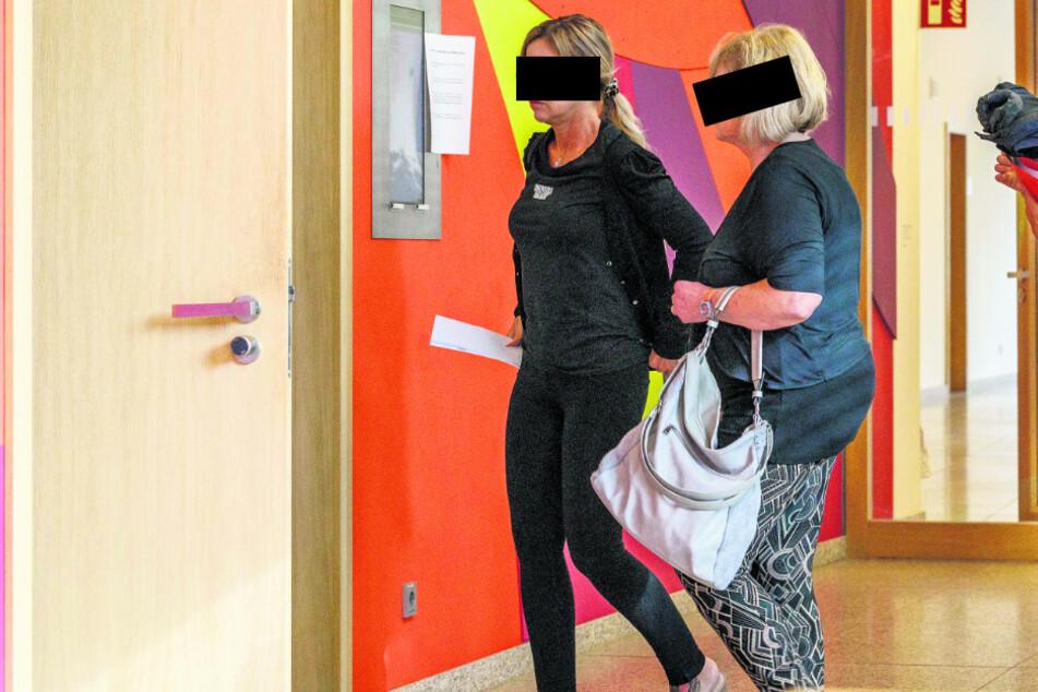 """Annemarie (r, 69) und ihre Tochter Jeannette (49) mussten wegen einer """"Shoppingtour"""" vor den Amtsrichter."""