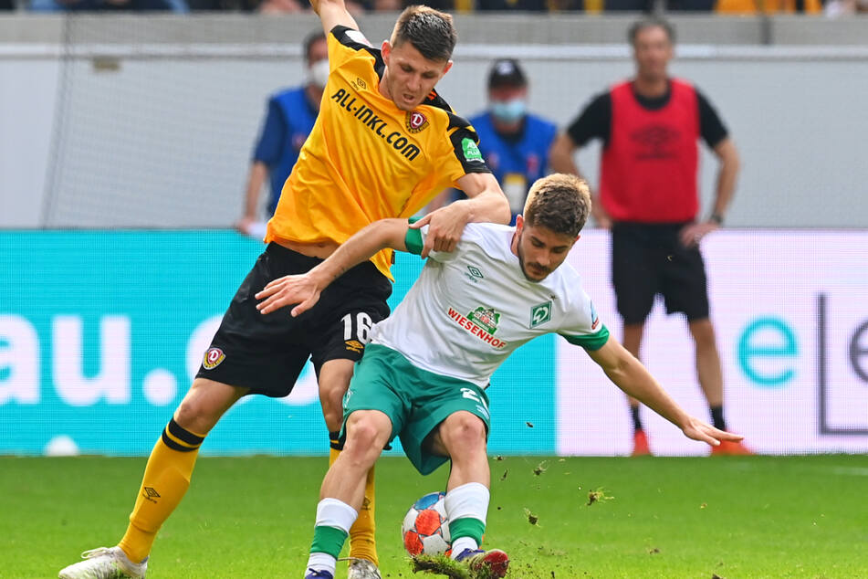 Topspiel ohne Praxis: Robin Becker (24, l.) trennte hier Bremens Romano Schmid (21) vom Ball. Becker glänzte.