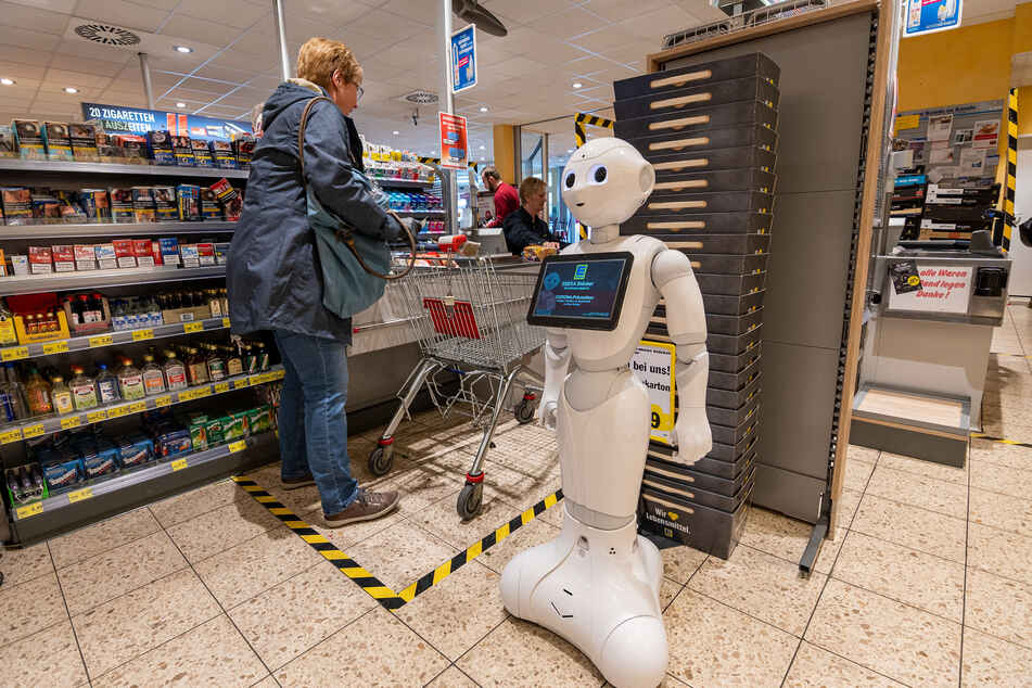 Corona kurios: Roboter sorgt in Supermarkt für Corona-Ordnung!