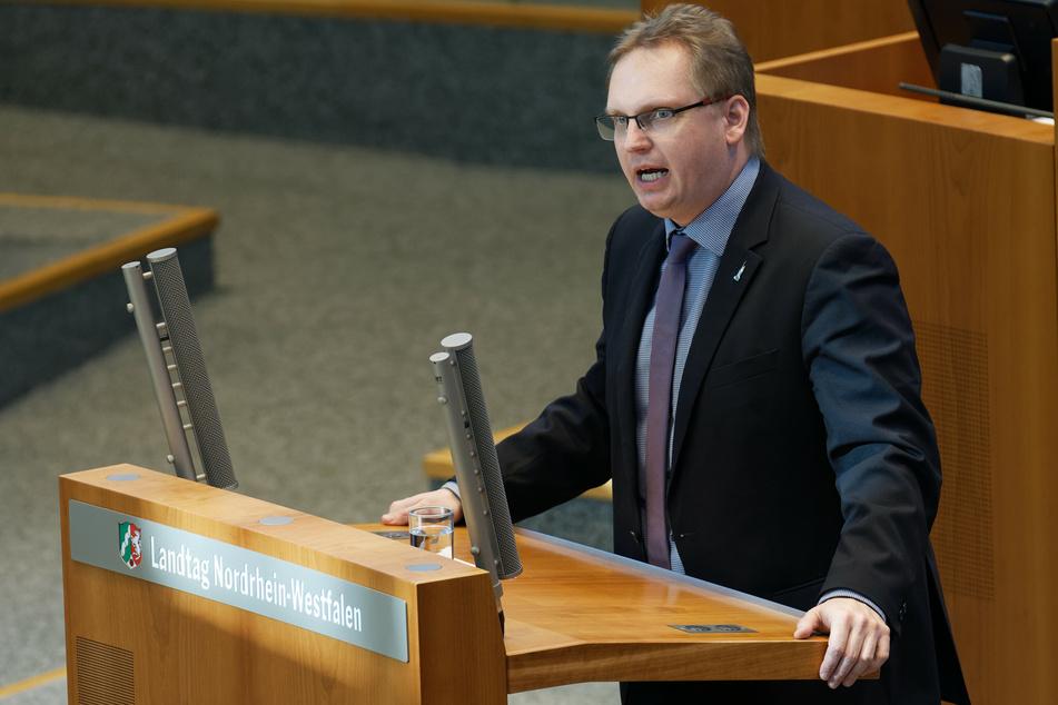 Der familienpolitische Sprecher der NRW-SPD, Dennis Maelzer, spricht sich für für eine Aussetzung der Kita-Gebühren aus.