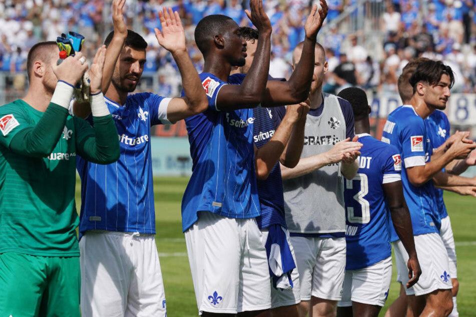 Die Spieler des SV Darmstadt 98 bedanken sich nach dem 6:1-Sieg gegen Ingolstadt beim Publikum.