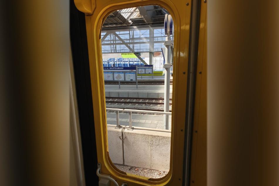 Ein 18-Jähriger trat am Mittwoch die Scheibe der Zugtür des RE6 ein. Die herausgetretene Glasscheibe war etwa 30x90 Zentimeter groß.
