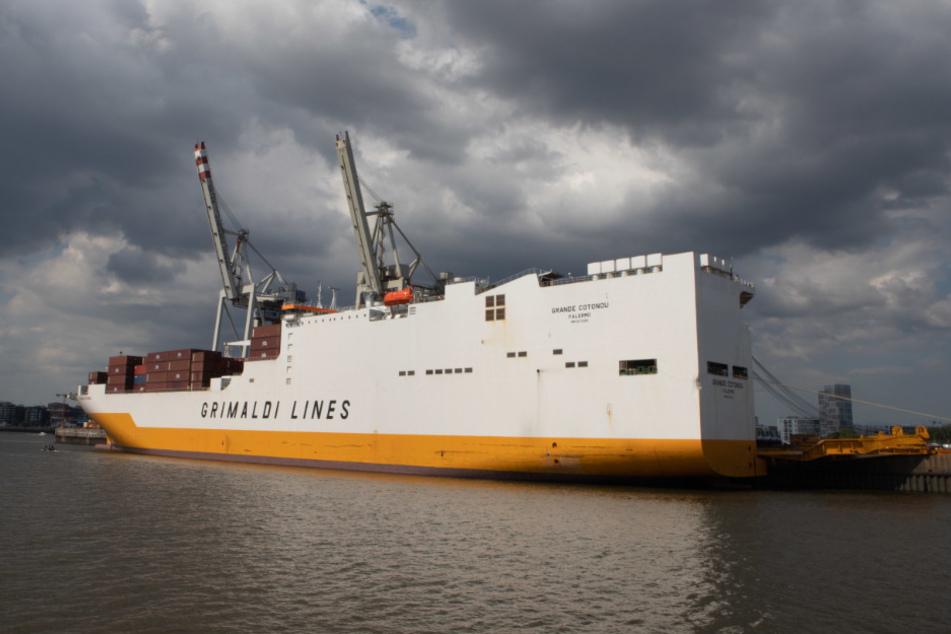 """Die """"Grande Cotonou"""" liegt im Hamburger Hafen."""