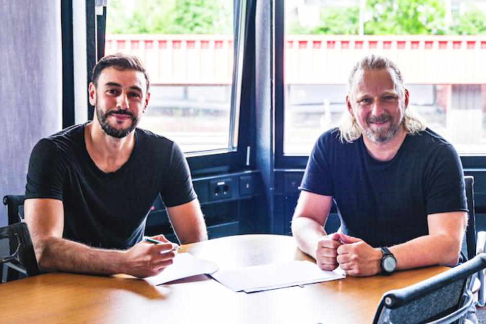 Stürmer Hamadi Al Ghaddioui (30, l.) unterzeichnet zusammen mit Sportdirektor Sven Mislintat (48) seine Vertragsverlängerung beim VfB Stuttgart.