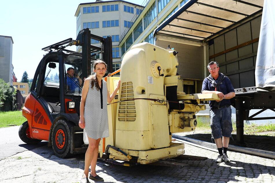 Peter Haase, Kulturbetriebs-Leiterin Christiane Schlegel und Markus Schachtschneider (54, v.l.) laden eine MZ-Produktionsmaschine ab.