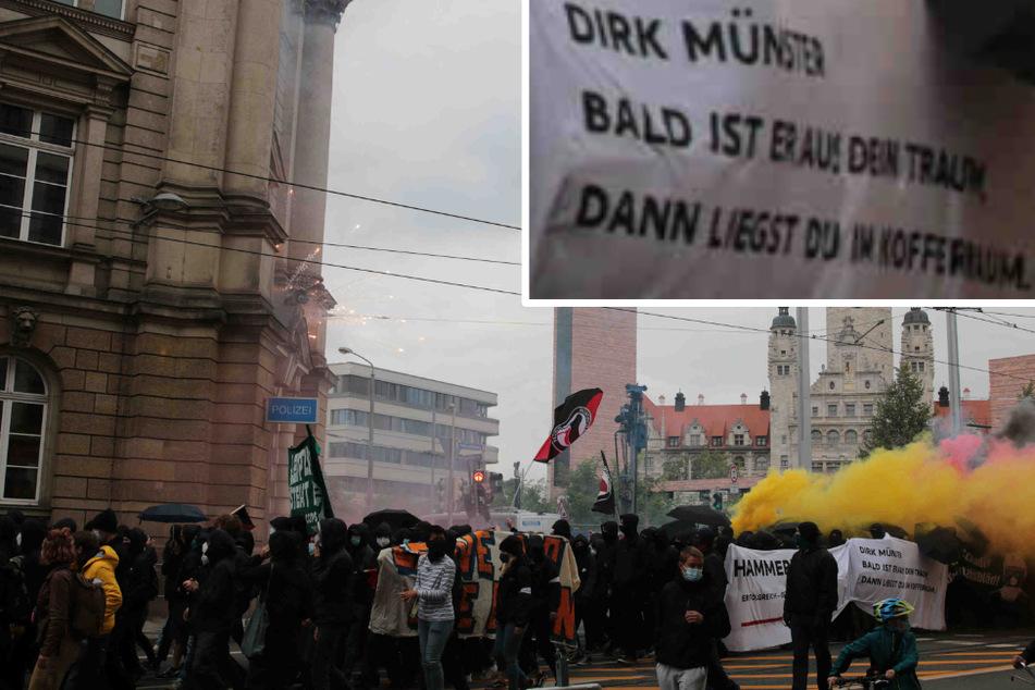 """Auf der """"Wir sind alle LinX""""-Demo trugen Teilnehmende ein Banner mit der Aufschrift """"Dirk Münster - Bald ist er aus dein Traum, dann liegst du im Kofferraum""""."""
