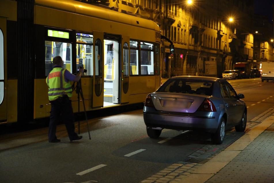 Ein Polizist macht Aufnahmen vom Unfallfahrzeug.