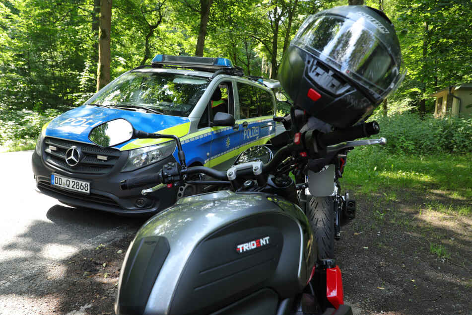 Die Polizei ermittelt zum Unfallhergang. Die Motorradfahrerin kam ins Krankenhaus.