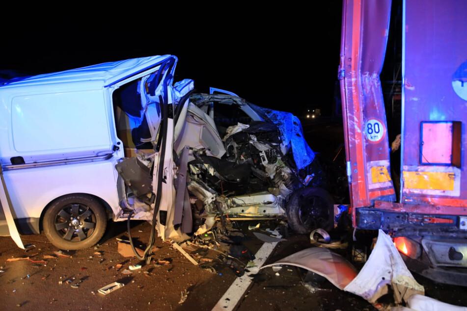 Der Transporter wurde bei dem Aufprall vollkommen zerstört, von der Beifahrerseite ist fast nicht mehr übrig.