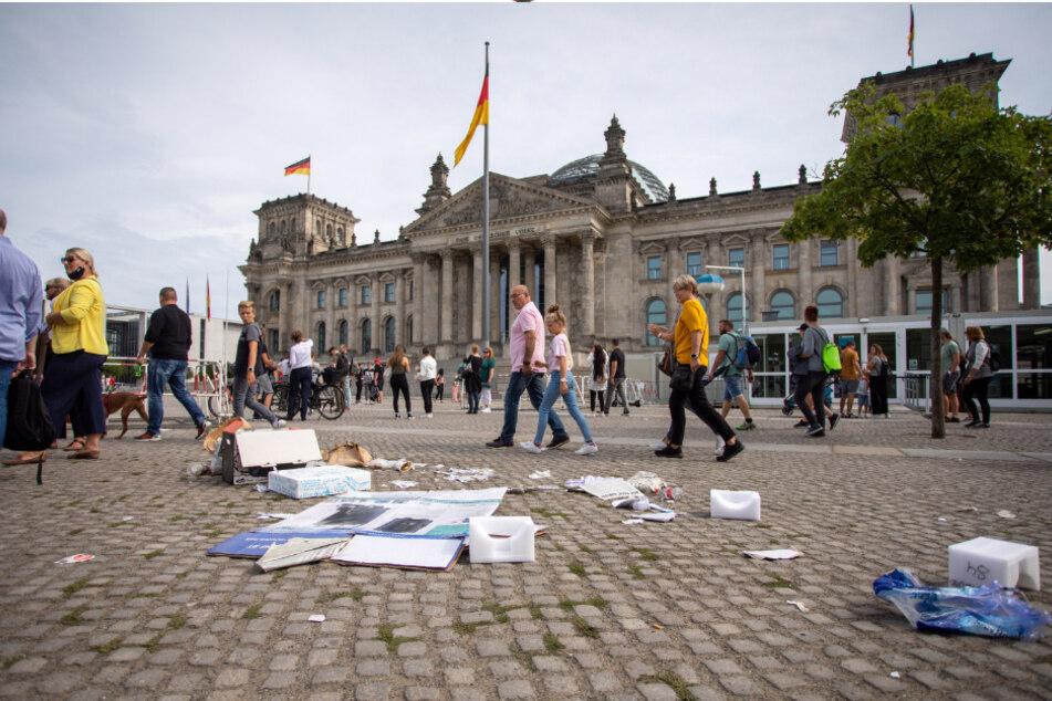 Am Folgetag des Protests gegen die Corona-Maßnahmen liegt Müll vor dem Reichstagsgebäude.