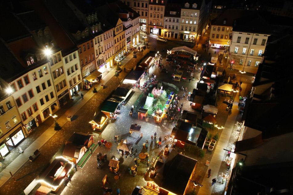 Blick auf den Hell erleuchteten Weihnachtsmarkt auf dem Altenburger Marktplatz. (Archivbild)