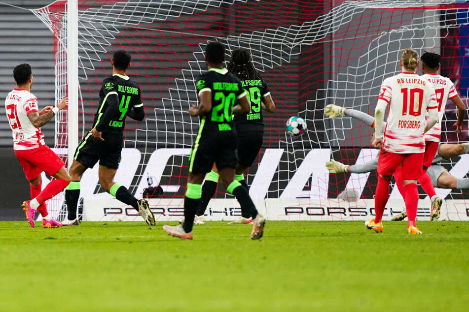 Justin Kluivert (l.) erzielt den 1:2-Anschlusstreffer für RB Leipzig.