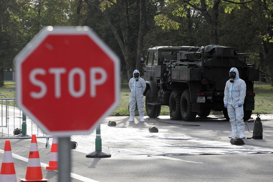 Medizinische Mitarbeiter der polnischen Armee zur Territorialverteidigung tragen bei der Arbeit in einer Drive-In-Teststation im Hauptquartier der Verteidigungstruppen Schutzanzüge.